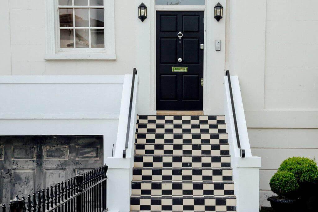 входна врата със стълби