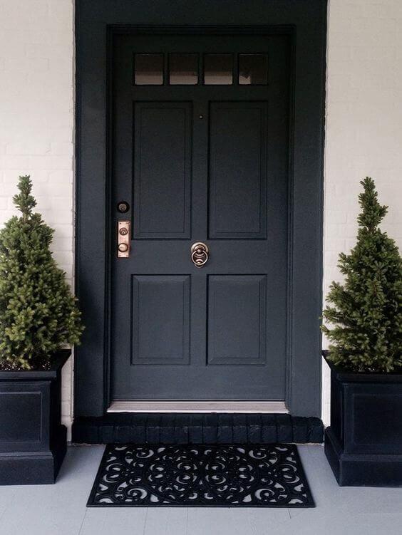 Входна врата в цвят черно